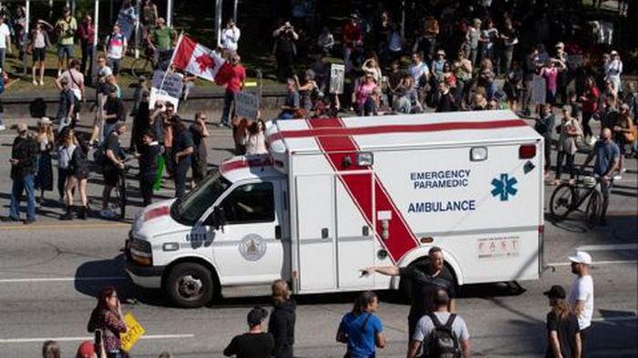В Канаде возле больниц протестовали антивакцинаторы