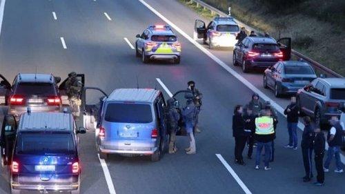 В Германии вооруженный человек захватил туристический автобус