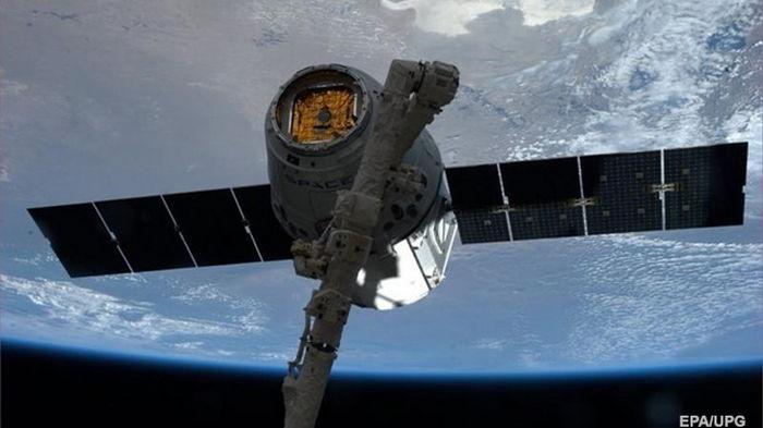 Космический корабль Cargo Dragon приводнился в Атлантике
