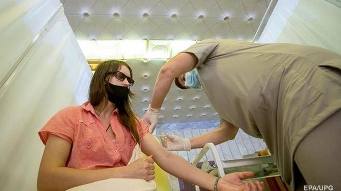 Сотни французов получили просроченную COVID-вакцину