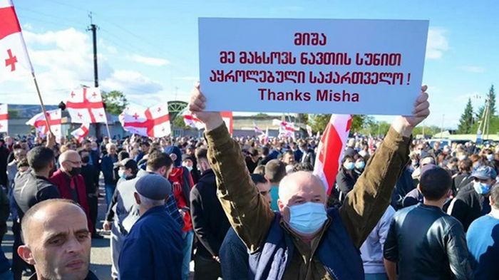 В Грузии сотни людей окружили тюрьму, где находится Саакашвили