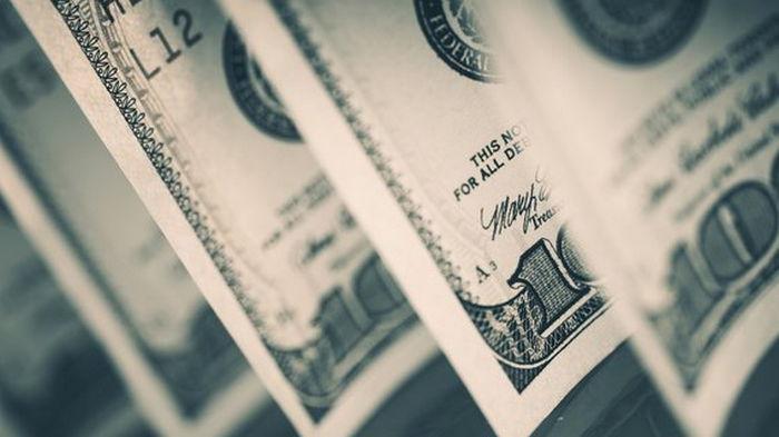 На межбанке доллар продолжил дешеветь