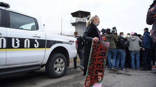 Акция у тюрьмы с Саакашвили переросла в потасовки (фото)