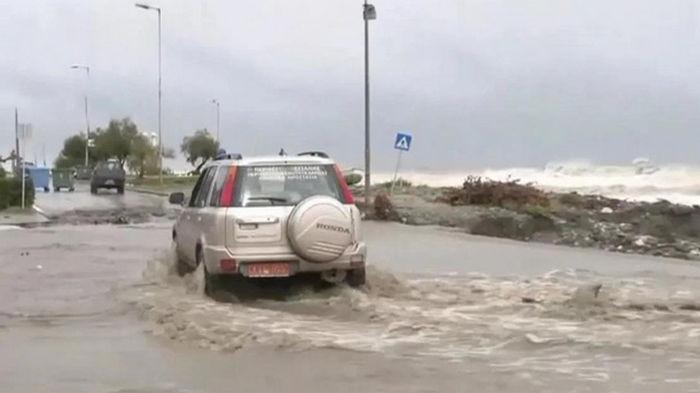 В Греции шторм превратил улицы в реки грязи (видео)