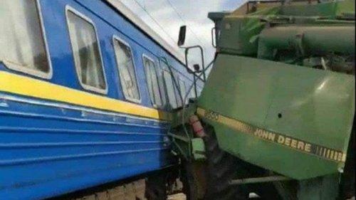 Поезд Бахмут-Львов столкнулся с комбайном