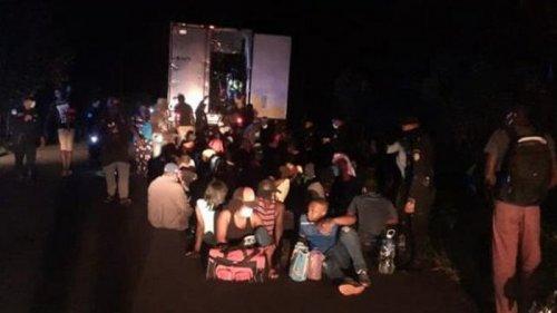 Полиция Гватемалы спасла 126 мигрантов из брошенного грузовика