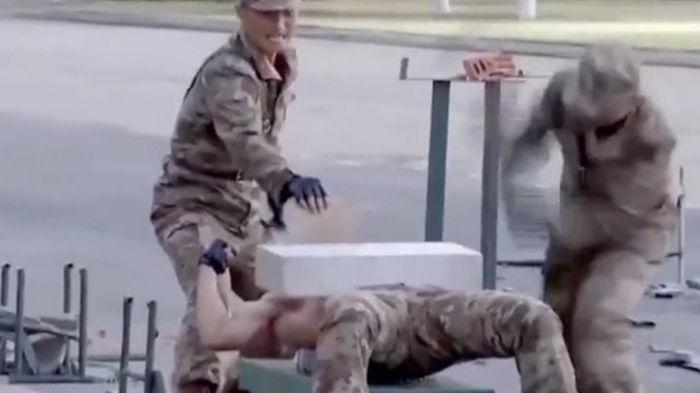 Военные КНДР показали, как ломают головой бетон (видео)